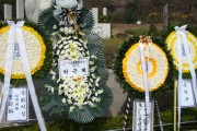 Head of the Saenuri Party Park Geun-hye sends a budget wreath to commemorate those who fought in the student protests 50 years ago