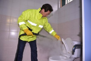 korea-chung-mong-joon-cleans-bathroom