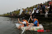 On September 28th, university students crossed Hanriver with boat made of snack with nitrogen to pretest domestic snack companies.